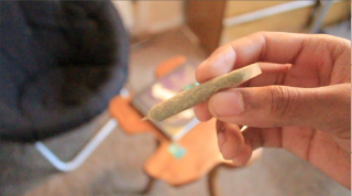 HOW TO ROLL A JOINT!!!!! (JOINT ROLLING TUTORIAL FOR NEW STONERS)